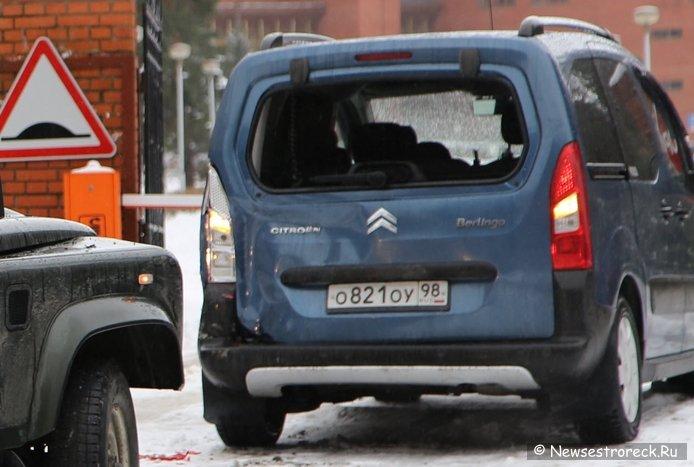 Land Rover Defender протаранил Citroen Berlingo