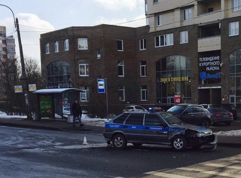В Сестрорецке столкнулись Mazda и автомобиль ДПС ВАЗ-2114