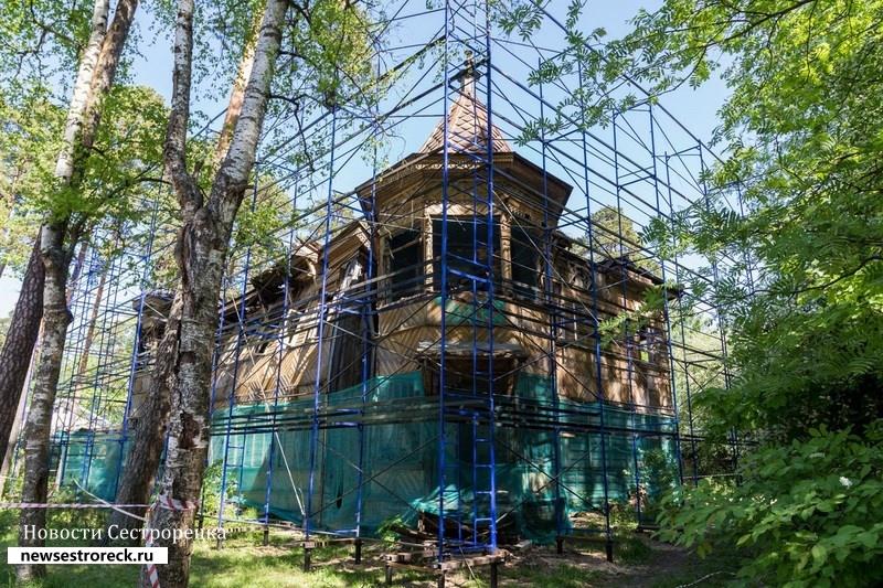 «Загородный дом Л.А. Змигродского» спрятали за баннер до лучших времен