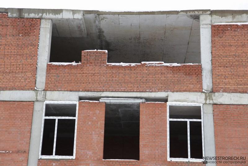 В Сестрорецке в школе без крыши устанавливают стеклопакеты