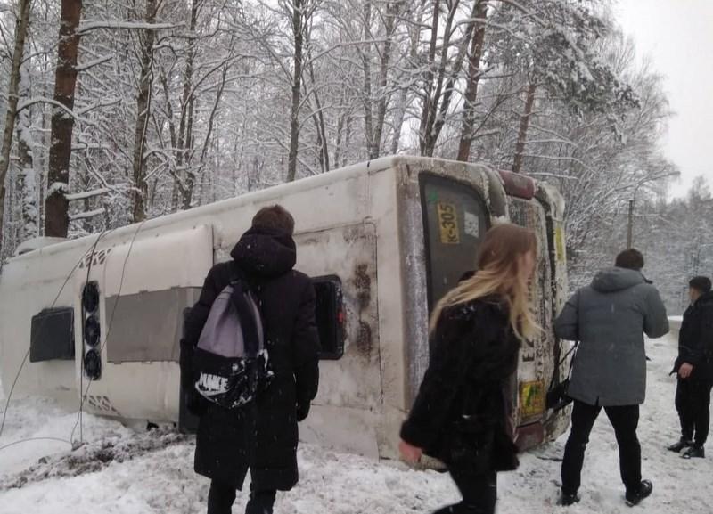 На Приморском шоссе перевернулась маршрутка К-305